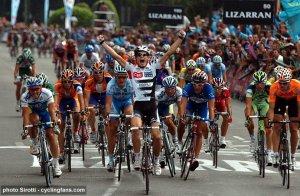 Matti Breschel ganando una etapa en La Vuelta 2008 con el CSC