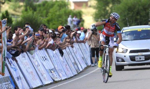 """Enmanuel """"Loco"""" Guevara, genio y figura, triunfó en la etapa reina del Tour (Foto:cyclingfans)."""