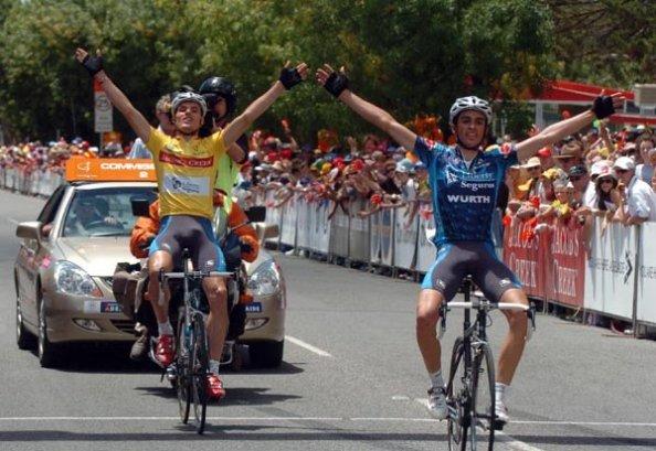 Luis León Sánchez y Alberto Contador cruzando la línea de meta en el Down Under 2005