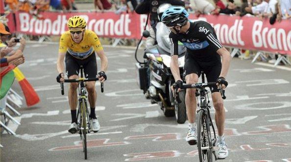 Froome esperando por su compañero y líder de la carrera, Bradley Wiggins.