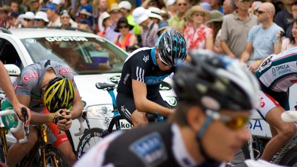 Chris Froome, al fondo, tras finalizar una etapa en el Tour Down Under 2010