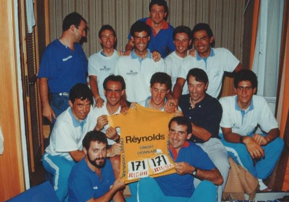 El equipo Reynolds, con Pedro Delgado (centro) y Miguel Induráin (izq) posando con el maillot amarillo (via movistar.com)