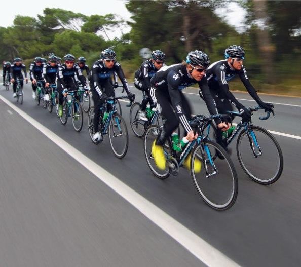 Ver ya a los corredores del Sky en cabeza del pelotón se ha convertido ya en costumbre en las carreras (foto: vavel.com)