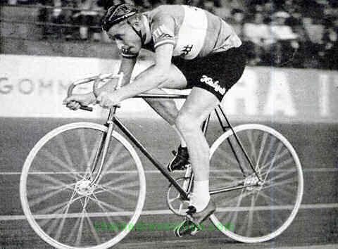 En su último año, uno de sus objetivos fue batir el récord de la hora, hecho que corresponde a esta foto (foto: ciclismohistoria.blogspot.com)
