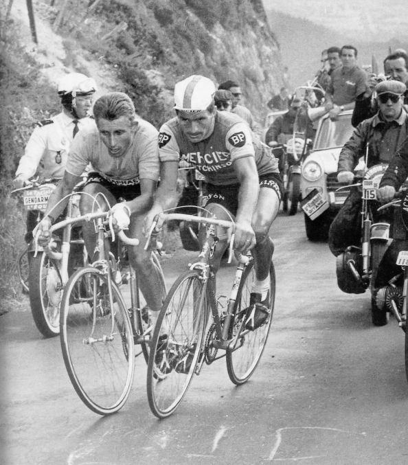 Jacques Anquetil y Raymond Poulidor siempre fueron enemigos en la carretera (foto: wheelsuckers.co.uk)