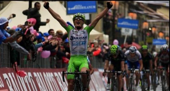 El joven corredor italiano sorprendió a todos en la llegada en grupo (foto via lagazzeta.it)