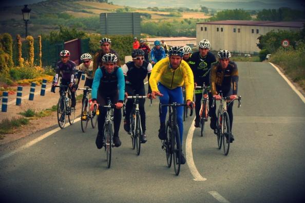 Grupo numeroso llegando a Laguardia.