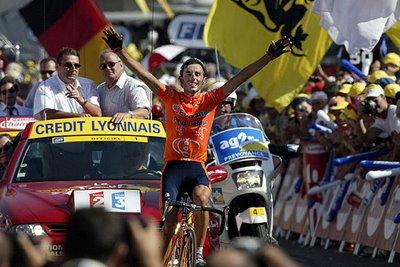 Imagen de la victoria de Mayo en Alpe D'Huez en 2003 (foto:petropuky.blogspot.com)