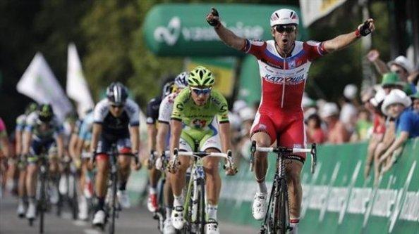 Justa y merecida victoria para Kristoff en un durísimo sprint.