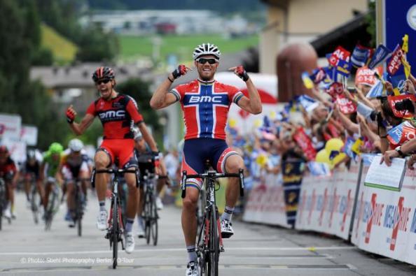 Oss al fondo y Hushovd celebrando un nuevo triunfo (foto:cyclingnews.com)