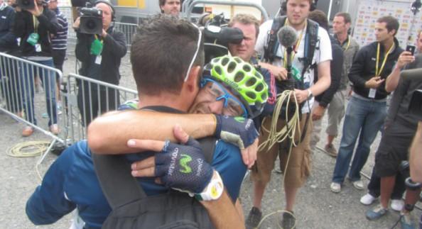 Abrazo entre Valverde y Juan Carlos Escámez, su masajista tras el sufrido triunfo (foto:antena3.com)