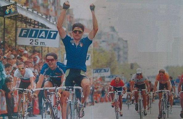 Bugno levanta los brazos con Konishev detrás (foto:forodeciclismos.mforo.com)