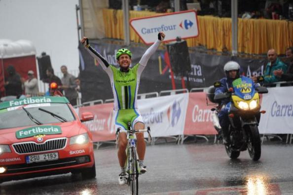 Ratto entrando triunfante en el Collado de la Gallina (vía cyclingnews)