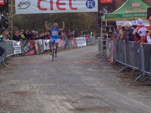 Murgo, levantando los brazos en su victoria en Eslovaquia (egoitzmurgoitio.blogspot.com)