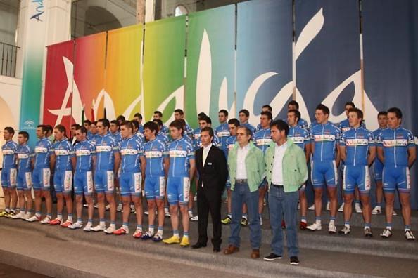 La estructura del Andalucía al completo, una familia que hace un año se separó (foto:blogs.ciclismoafondo.com)