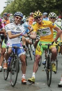 Cunego posa en París con su maillot blanco junto al Landis.
