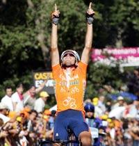 Samuel Sánchez dedicando su primera victoria en la Vuelta a su madre (foto:elmundo.es)