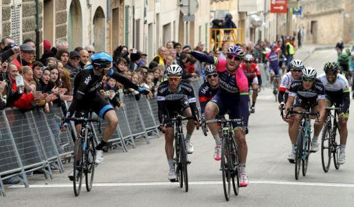 Modolo, con Meersman al fondo, consiguiendo el triunfo en el Trofeo Ses Salines (foto:ultimahora.com)