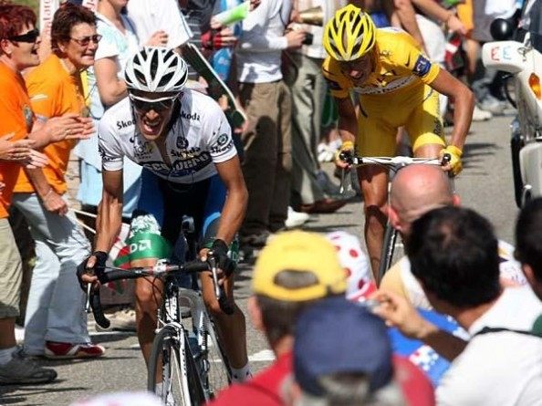 Contador peleando contra Rasmussen (foto:cyclingnews.com)