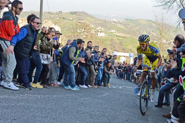 Contador en las duras rampas de la jornada de ayer en Tirreno (foto:elpais.com)