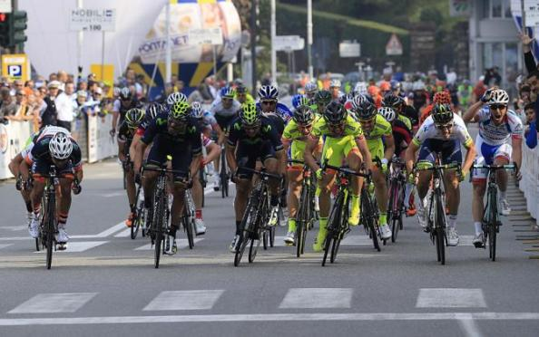 Movistar y Neri Sottoli han protagonizado un bonito duelo al sprint (Foto: Bettini).