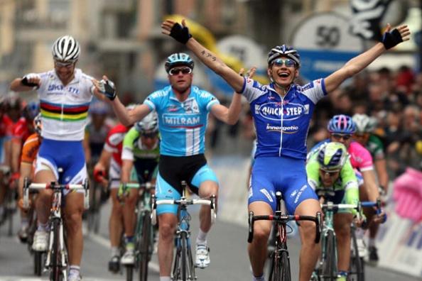 Pozzato en primer plano, con Petacchi lamentándose por detrás y Boonen celebrando el triunfo